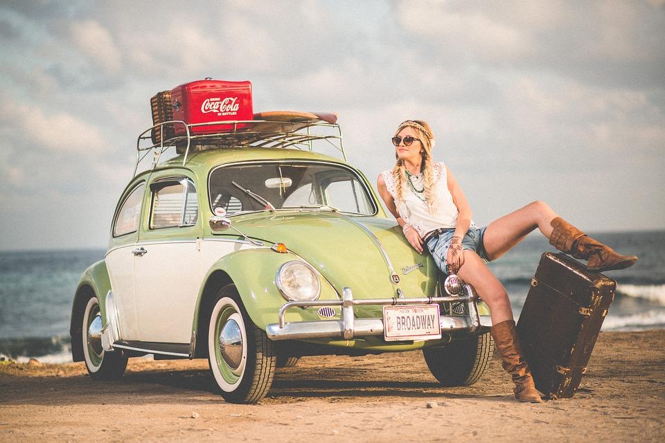auto chrobák, žena na cestách