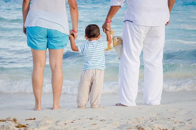 mladá rodina na pláži